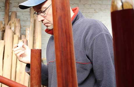 Alexis Rousselle réparant le haut d'un didgeridoo