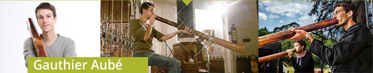 Trois photos de Gauthier Aubé en train de jouer du didgeridoo sur scène