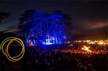 Photo de nuit très colorée du festival le rêve de l'Aborigène